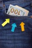 Деньги в карманн джинсыов владение домашнего ключа принципиальной схемы дела золотистое достигая небо к голубые деньги джинсыов и Стоковые Фото