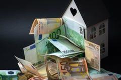 Деньги в небольшом доме 50 и 100 банкнот ипотека co Стоковое Изображение