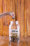 Деньги в стеклянном вполне монеток Стоковое Изображение RF