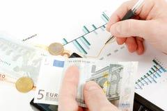 Деньги в руке, ручке, диаграмме, бизнесмене рабочего места, деле иллюстрация штока