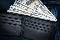 Деньги в черном кожаном бумажнике с пустой кредитной карточкой прорезают место Стоковые Фото