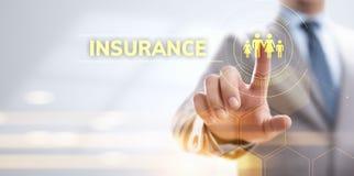 Деньги деловых поездок свойства семьи страхования Дело отжимая виртуальную кнопку стоковые фотографии rf