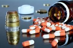 Деньги евро с medicaments Отражать eurocoins и пилюльки стоковое фото