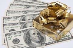 Деньги и верхняя часть присутствующей коробки стоковые фотографии rf