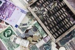 Деньги и деревянный абакус стоковые изображения