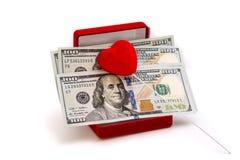 Деньги и красная шкатулка для драгоценностей красного цвета ni сердца Стоковые Изображения
