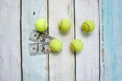 Деньги и теннисные мячи Стоковые Фотографии RF