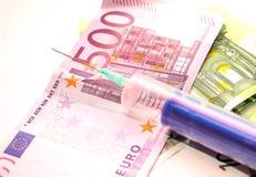 Деньги и шприц Стоковые Изображения RF