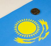 Деньги Казахстана на фоне столицы флага казаха стоковое фото rf