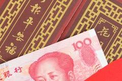 Деньги китайца или 100 банкнот юаней в красном конверте, как китаец Стоковые Изображения