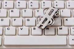 Деньги магазина в bitcoin Вклады в cryptocurrency Серебряный доллар на конце-вверх клавиатуры Концепция онлайн-платежа или покупо стоковые изображения
