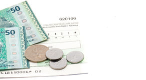 Деньги малайзийского ринггита na górze проверки на белой предпосылке Стоковое Изображение