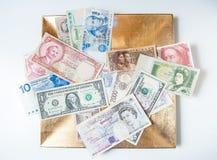 Деньги мира на плите стоковые изображения rf