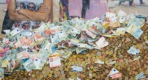 деньги Монетки и банкноты различных деноминаций и различных национальностей в большой стеклянной таре Концепция collectiv Стоковое Фото