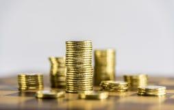 Деньги, монетки и примечания на шахматной доске с белой предпосылкой Стоковая Фотография