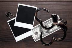 Деньги наручников и старая принципиальная схема сыщика фото Стоковое Изображение