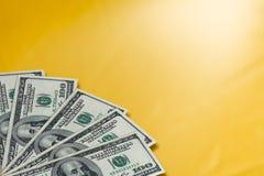 Деньги на золотой предпосылке стоковые изображения rf