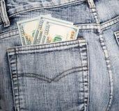 Деньги, некоторые примечания на 100 долларах, в заднем кармане голубого je Стоковое фото RF