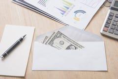 Деньги доллара в конверте на деревянной таблице бонус, вознаграждение стоковые фотографии rf