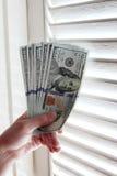 Деньги долларовых банкнот США в руке Стоковое фото RF