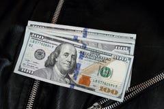 Деньги долларовых банкнот США на куртке Стоковые Изображения