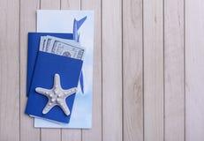 Деньги пасспорта и билет на самолет стоковые фото