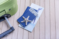 Деньги пасспорта и билет на самолет стоковое фото rf