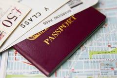 Деньги пасспорта, посадочного талона и наличных денег Стоковые Фотографии RF