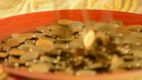 Деньги падая в чашку акции видеоматериалы