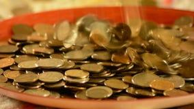 Деньги падая в чашку сток-видео
