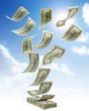 Деньги падая от неба Стоковые Изображения