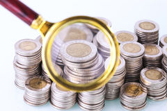 Деньги под loupe Сигнал на домашних финансах Стоковые Фотографии RF