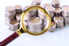 Деньги под loupe Сигнал на домашних финансах Стоковое фото RF
