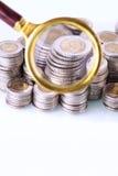 Деньги под loupe Сигнал на домашних финансах Стоковая Фотография