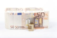Деньги при padlock изолированный на белой предпосылке Стоковое фото RF