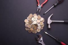Деньги ремонта или отладки или финансовая концепция Промышленный инструмент и Стоковые Изображения RF