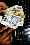 Деньги риала банкнот Саудовской Аравии реальные в наличных деньгах Стоковые Изображения RF