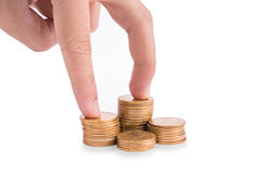 Деньги руки и золота чеканят с деньгами сбережений стоковые изображения