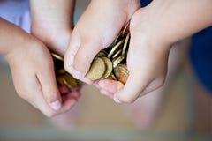 деньги рук Стоковые Фотографии RF