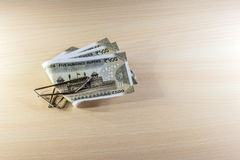 Деньги, 500 рупий примечаний на деревянном столе Стоковое Изображение RF