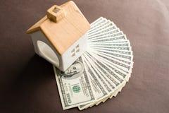 Деньги сбережений для дома или концепции ссуды под недвижимость Деньги и малое Стоковые Изображения