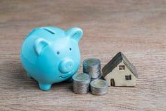 Деньги сбережений для дома или концепции ссуды под недвижимость, голубой копилки Стоковое Фото