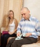 деньги семьи над ссорой Стоковая Фотография RF