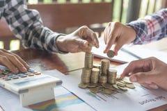 Деньги семьи сохраняя кладя монетки в стеклянный банк, планы сбережений стоковые фотографии rf