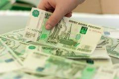 Деньги, серии денег, тысячи русских банкнот на таблице Стоковые Изображения RF
