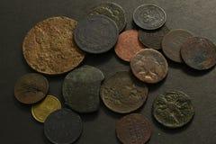 Деньги со старыми монетками стоковое изображение