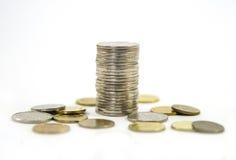 Деньги, стог монеток на белой предпосылке чеканит сбережениа кучи дег рук принципиальной схемы защищая расти дела Доверие в будущ Стоковая Фотография