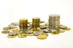 Деньги, стог монеток на белой предпосылке чеканит сбережениа кучи дег рук принципиальной схемы защищая расти дела Доверие в будущ Стоковое Фото