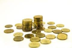 Деньги, стог монеток на белой предпосылке чеканит сбережениа кучи дег рук принципиальной схемы защищая расти дела Доверие в будущ Стоковая Фотография RF