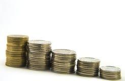 Деньги, стог монеток на белой предпосылке чеканит сбережениа кучи дег рук принципиальной схемы защищая Доверие в будущем банкротс Стоковые Фотографии RF